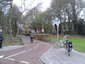 Rotonde met afslag waar voetgangers het fietspad op moeten