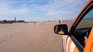 Er worden regelmatig patrouilles gereden op het strand.