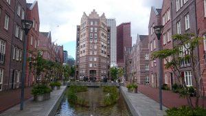 Het oude SDU-terrein heeft mooie woningen gekregen. Helaas is er maar weinig groen toegevoegd en warmt het dus snel op